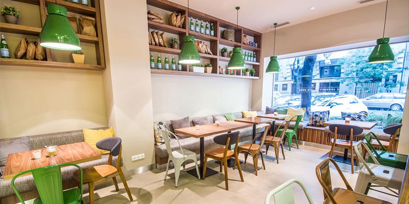 Cửa sổ quán cafe để ngắm không gian