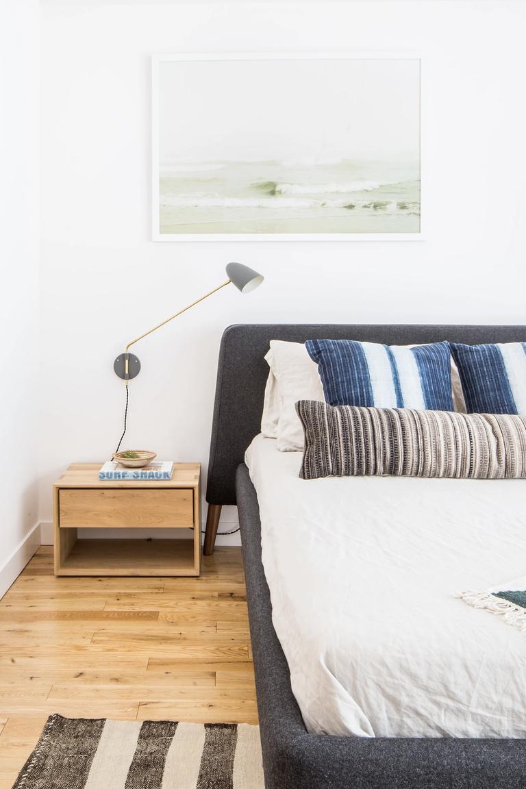 Sắp đặt đồ nội thất thấp hơn trong phòng ngủ