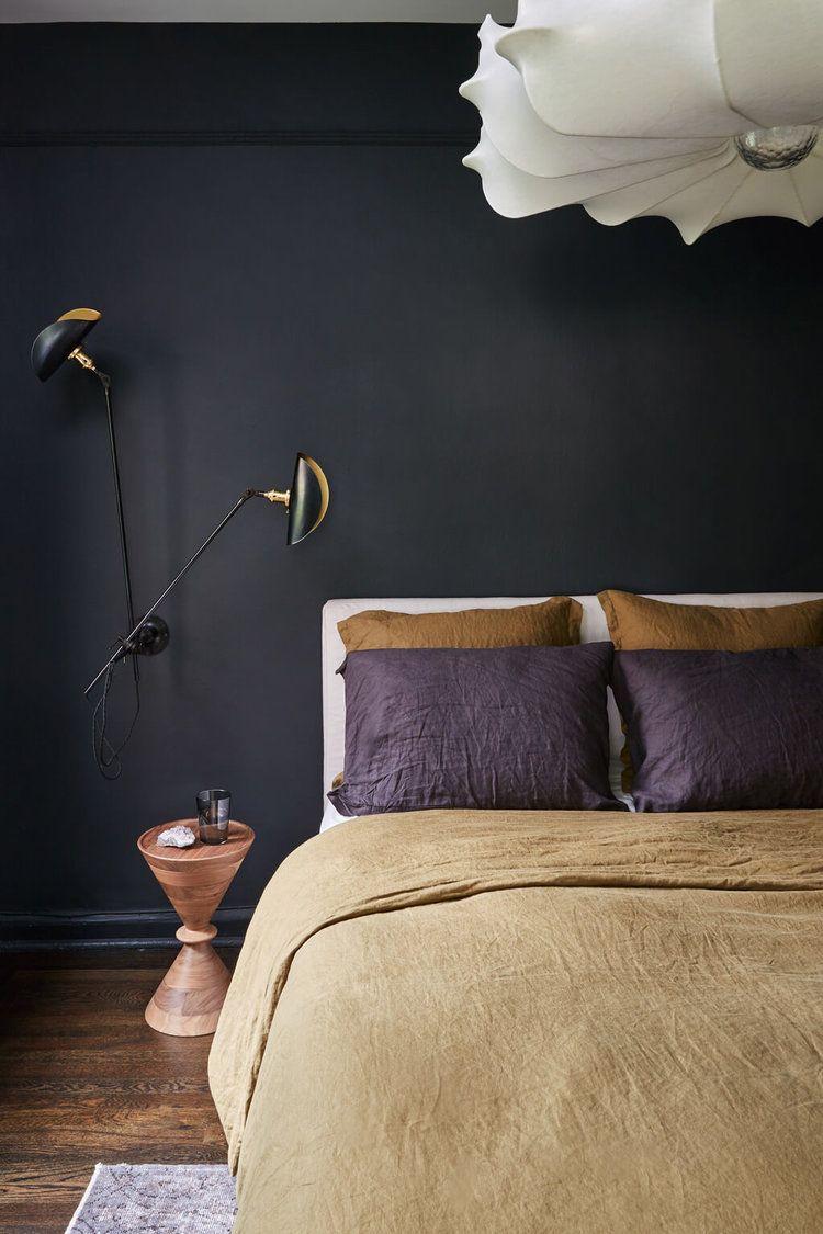 Vật thể màu đen trong phòng ngủ