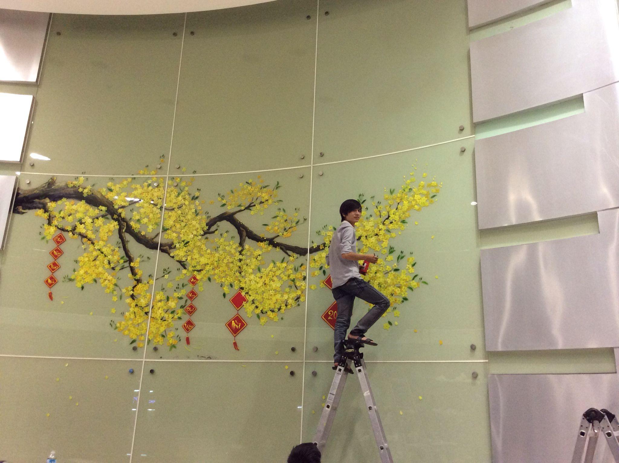 Vẽ tranh tường Hoa Maingày tết