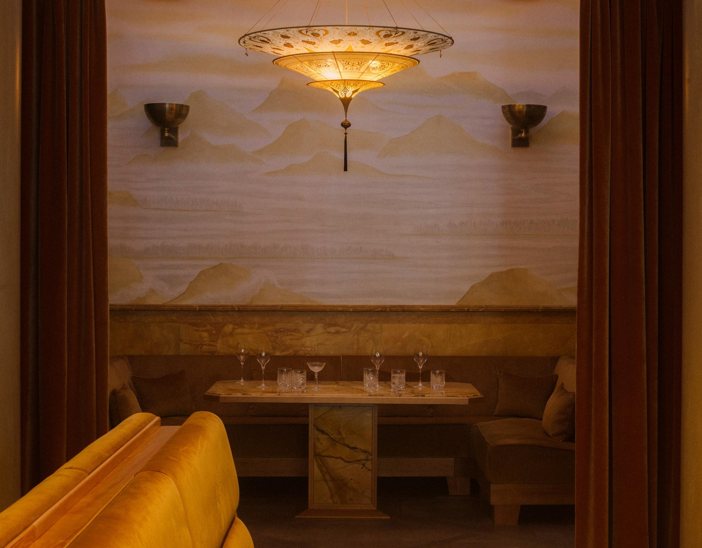 Thiết kế nội thất nhà hàng đèn treo tường