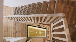 Mẫu cầu thang gỗ đẹp được làm từ hàng ngàn miếng gỗ ghép với nhau
