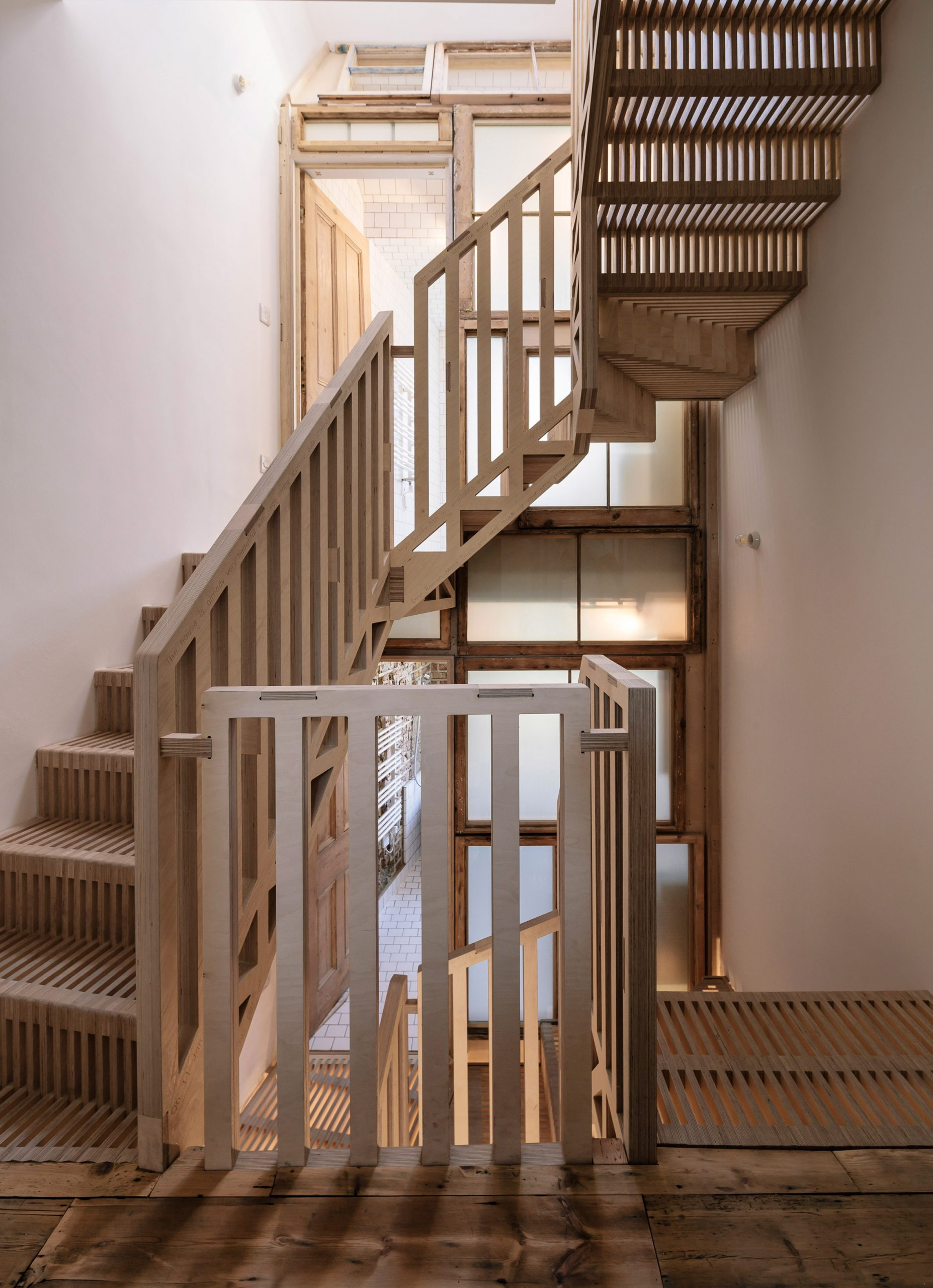 Mẫu cầu thang gỗ đẹp 2