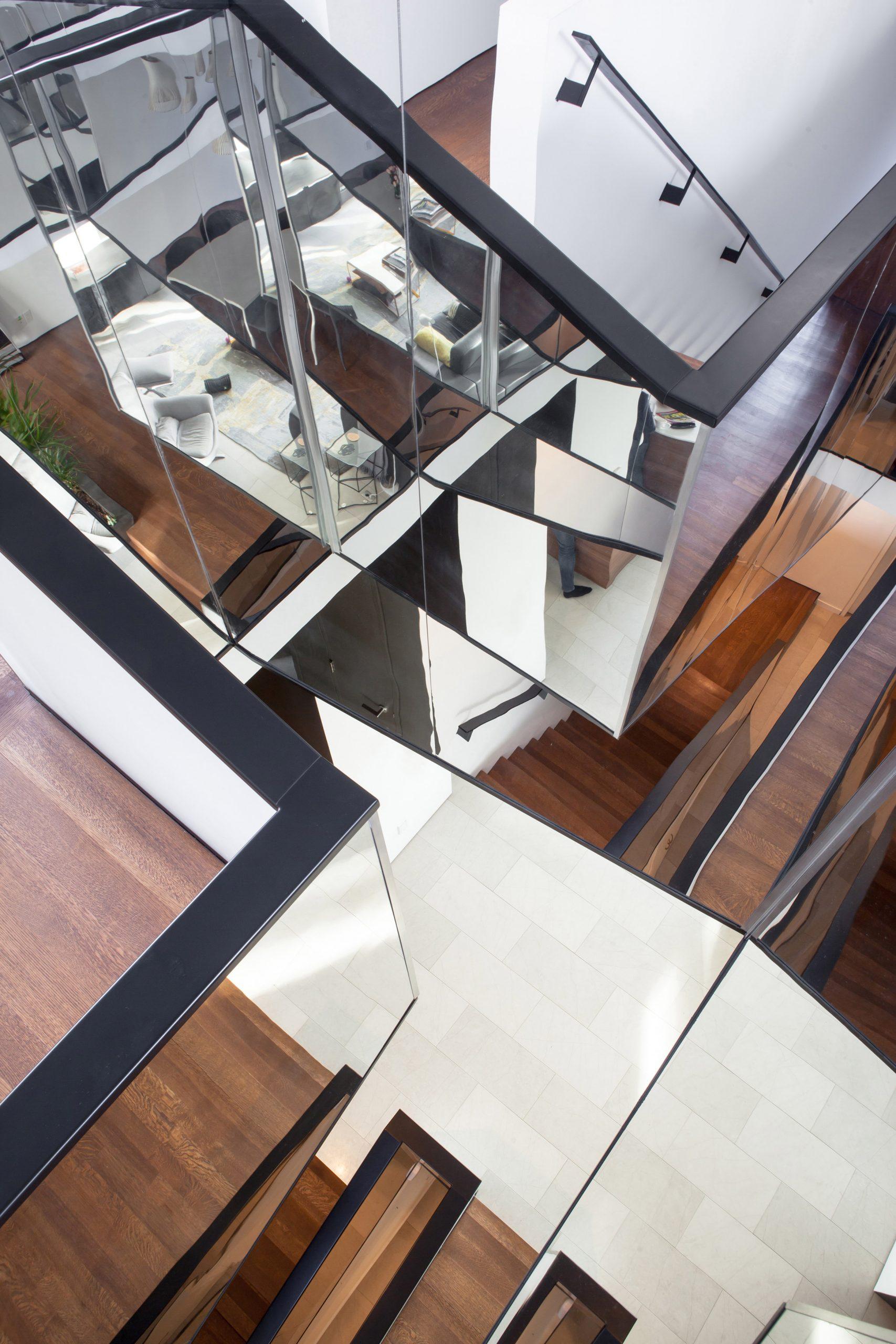 Trang trí cầu thang phòng khách đẹp 3