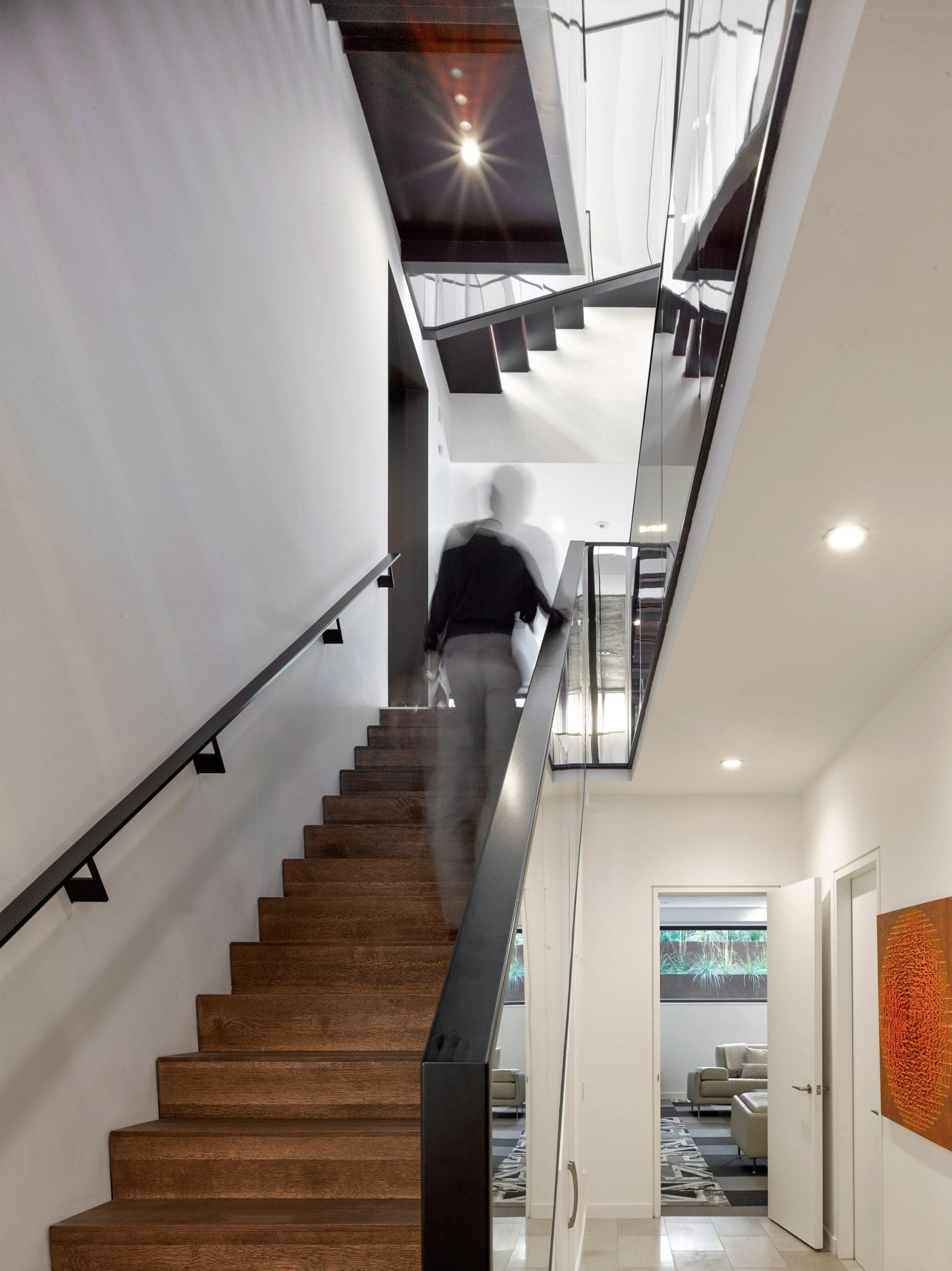 Trang trí cầu thang phòng khách đẹp 5