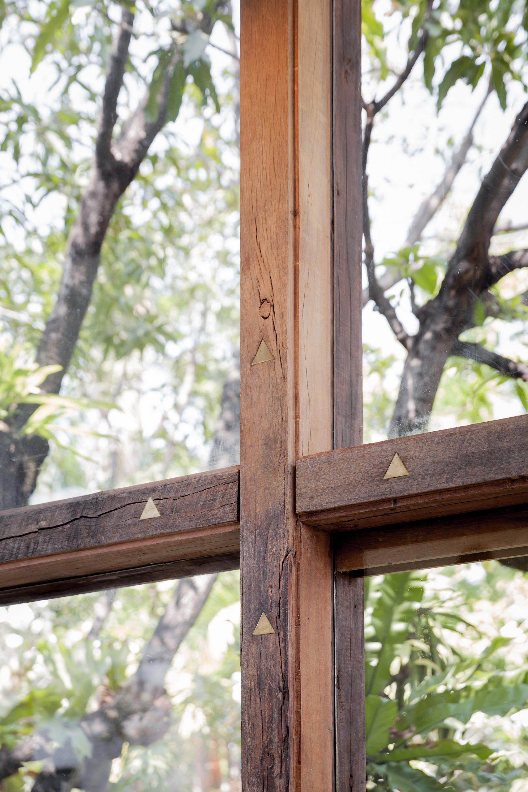 Cửa gỗ kính đẹp 18