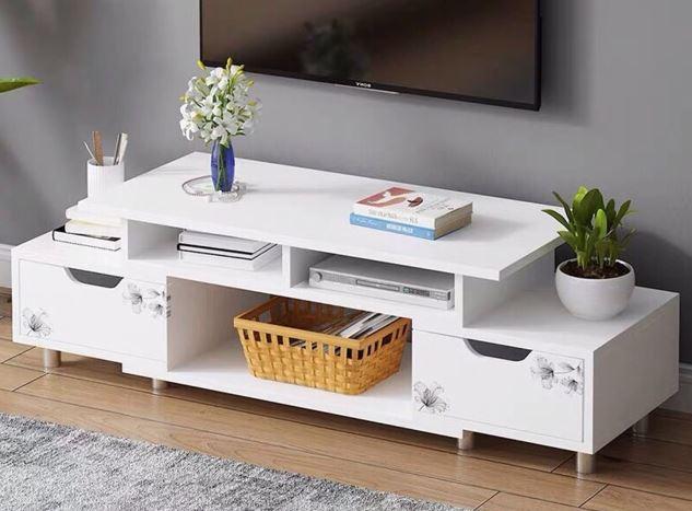 Kệ tivi được thiết kế gắn tường và tủ giày được làm từ gỗ công nghiệp MDF với cánh màu trắng và bề mặt màu nâu gỗ.