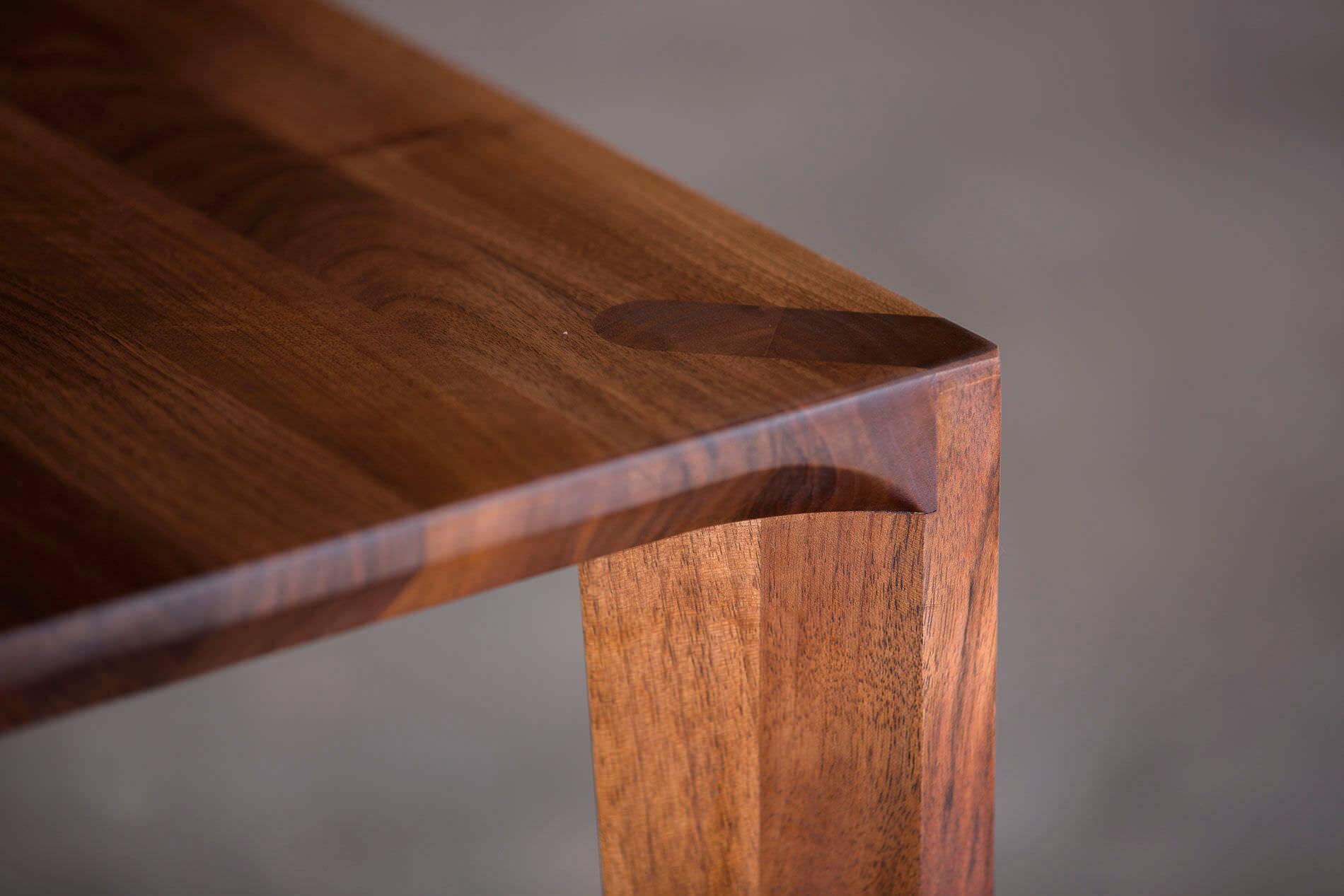 Chú ý đến mùi gỗ, màu sắc của sơn gỗ cũng như chất lượng sơn